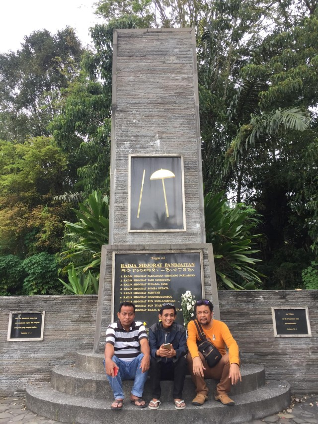 Tugu Raja Sijorat Paralian Panjaitan Sihotang Parlabuan di Lumbantor Sitorang, Kec. Silaen, Kab. Tobasa